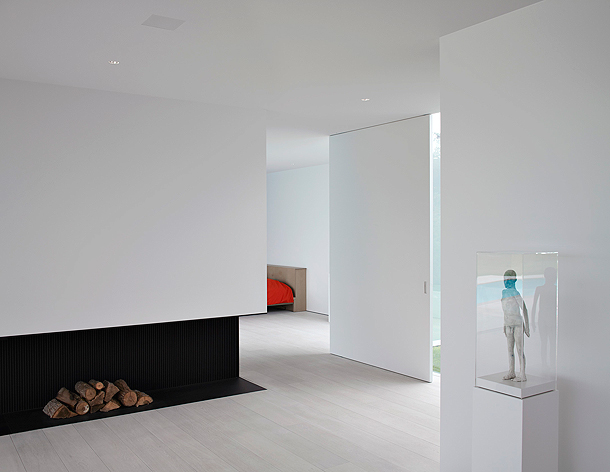 el arquitecto belga pascal bilquin y el estudio de interior tambin belga minus son los artfices de esta minimalista vivienda donde el color