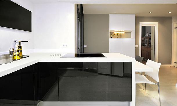 jabss estudi dise ada una moderna cocina en blanco y negro On elemento de cocina negro brillante