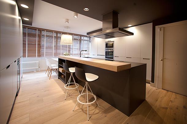 Una cocina actual en tonos contempor neos y madera de roble for Islas de madera para cocina
