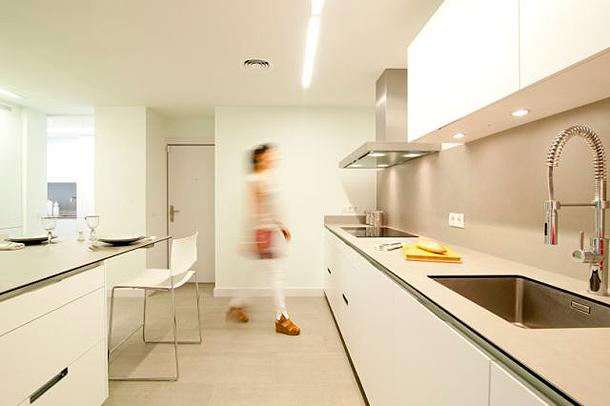 Luminosa cocina sin ventanas dise ada por clysa y estudio mm - Cocinas santos valencia ...