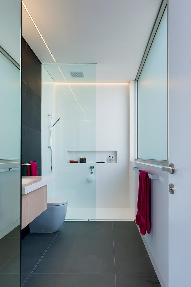 Moderno cuarto de ba o infantil proyectado por minosa design - Idee ristrutturazione bagno stretto e lungo ...