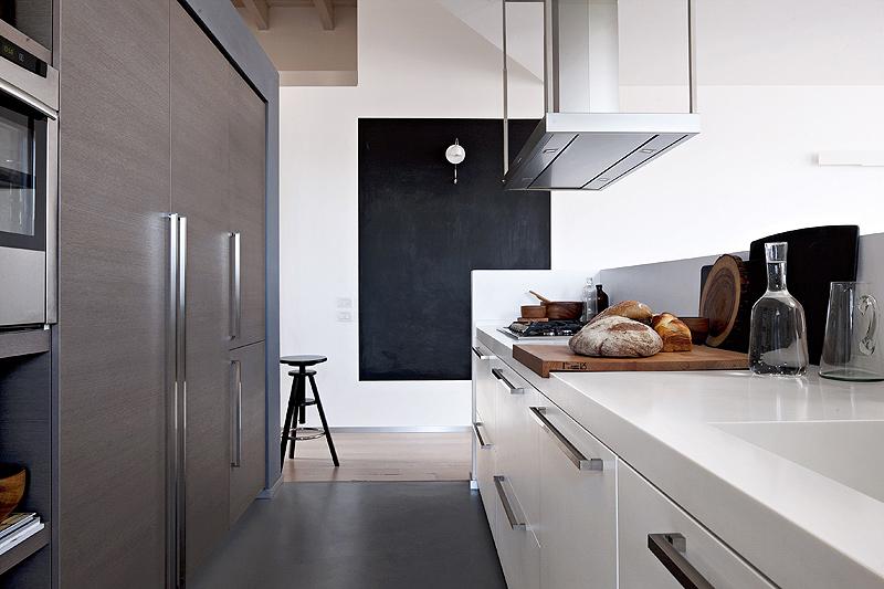 Cocina contemporánea abierta al salón comedor diseñada por Key Cucine