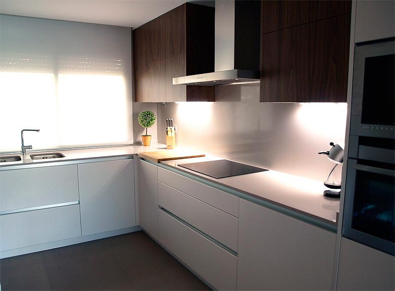 Una cocina serena y ordenada reformada por sergi celdoni - Bauhaus encimeras de cocina ...