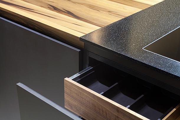 block vii elegante cocina de madera y dupont corian. Black Bedroom Furniture Sets. Home Design Ideas