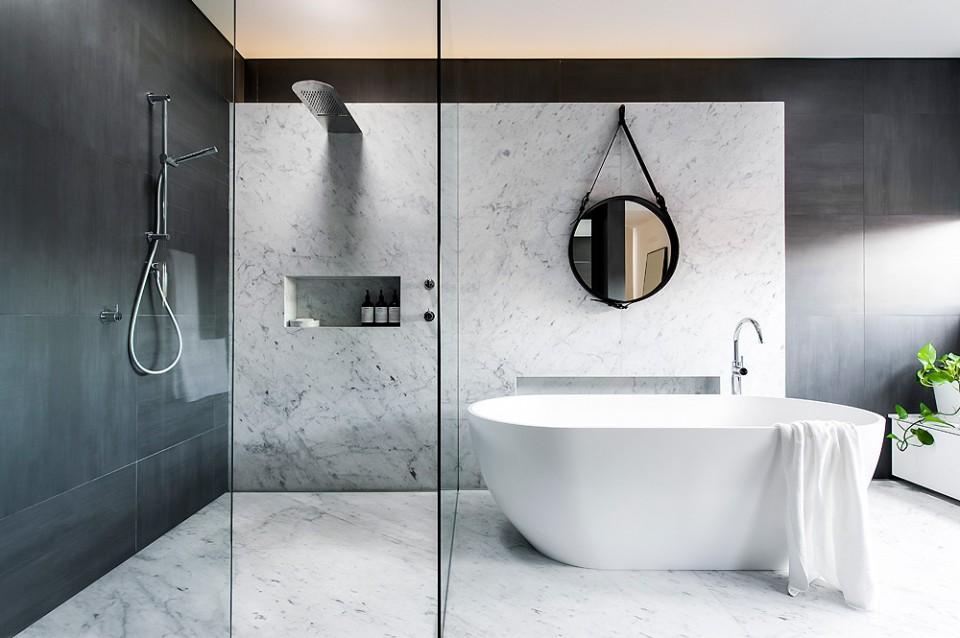 BAÑO El estudio australiano Minosa Design tuvo la suerte de disponer de \u201cun espacio vacío, cuadrado y con buena luz\u201d para diseñar este elegante baño que,