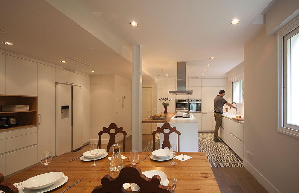 cocina-blanca-en-l-con-isla-diseno-santos-brezo (8)