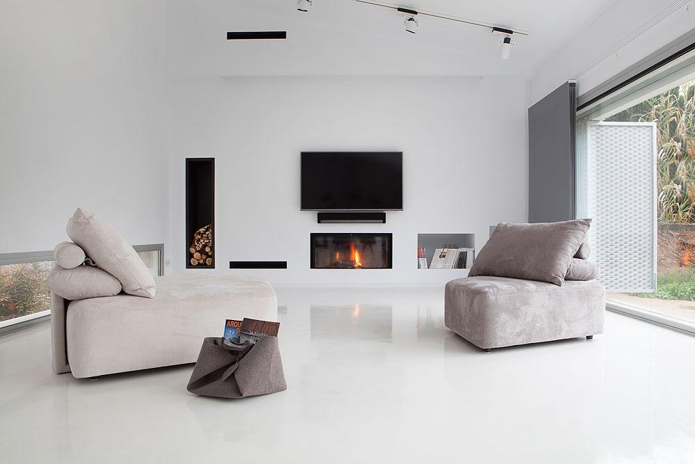 Una vivienda blanca y luminosa de cabr i d az arquitectes for Interiores minimalistas 2016