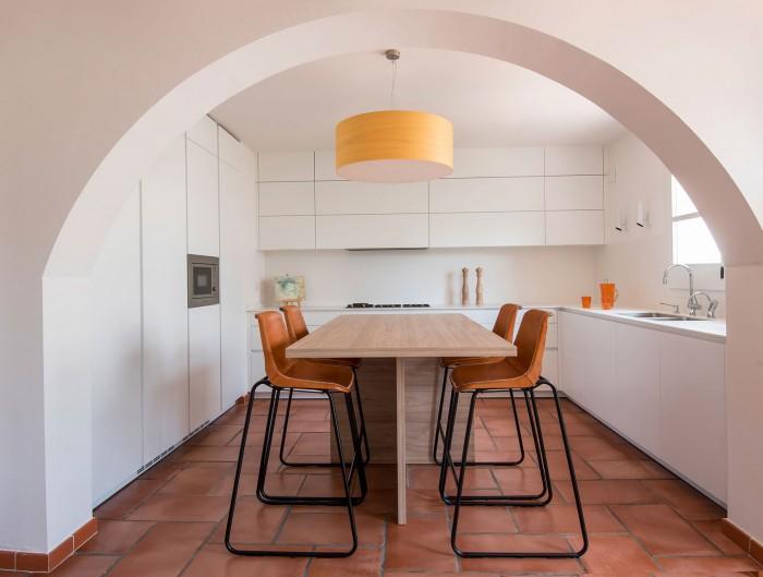 Cocina minimalista en blanco y negro de Drocrys y Santos