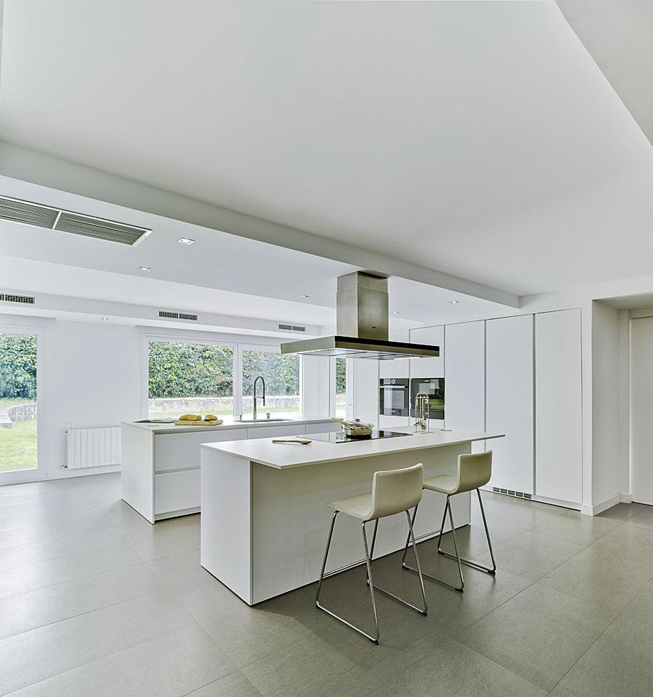 Cocina y comedor en un espacio nico por docrys cocinas for Cocinas diseno blancas