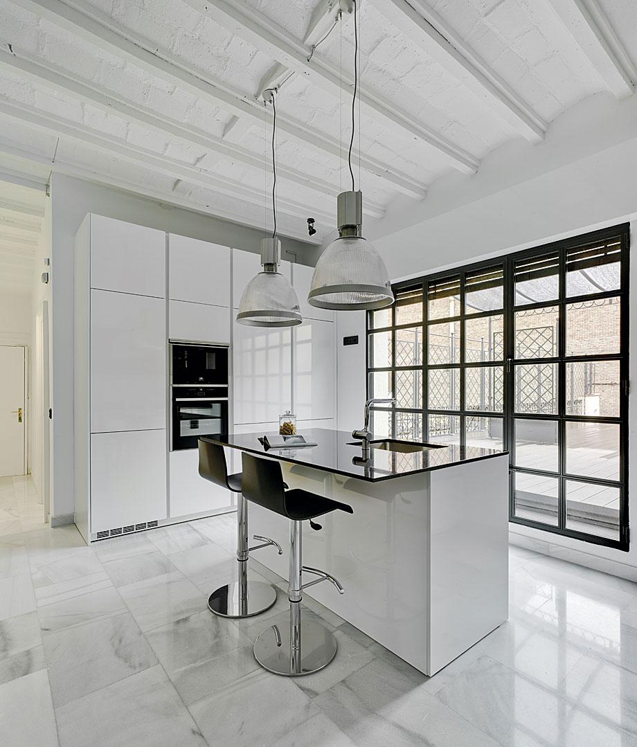 Cocina minimalista en blanco y negro de drocrys y santos for Diseno cocinas uruguay