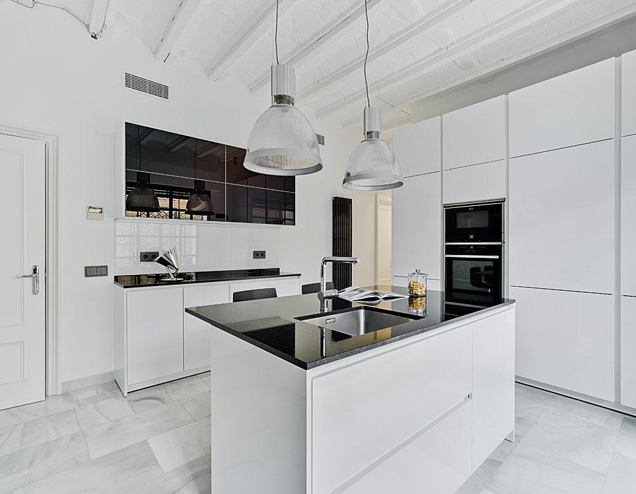 Cocina minimalista en blanco y negro de drocrys y santos for Cocinas diseno blancas