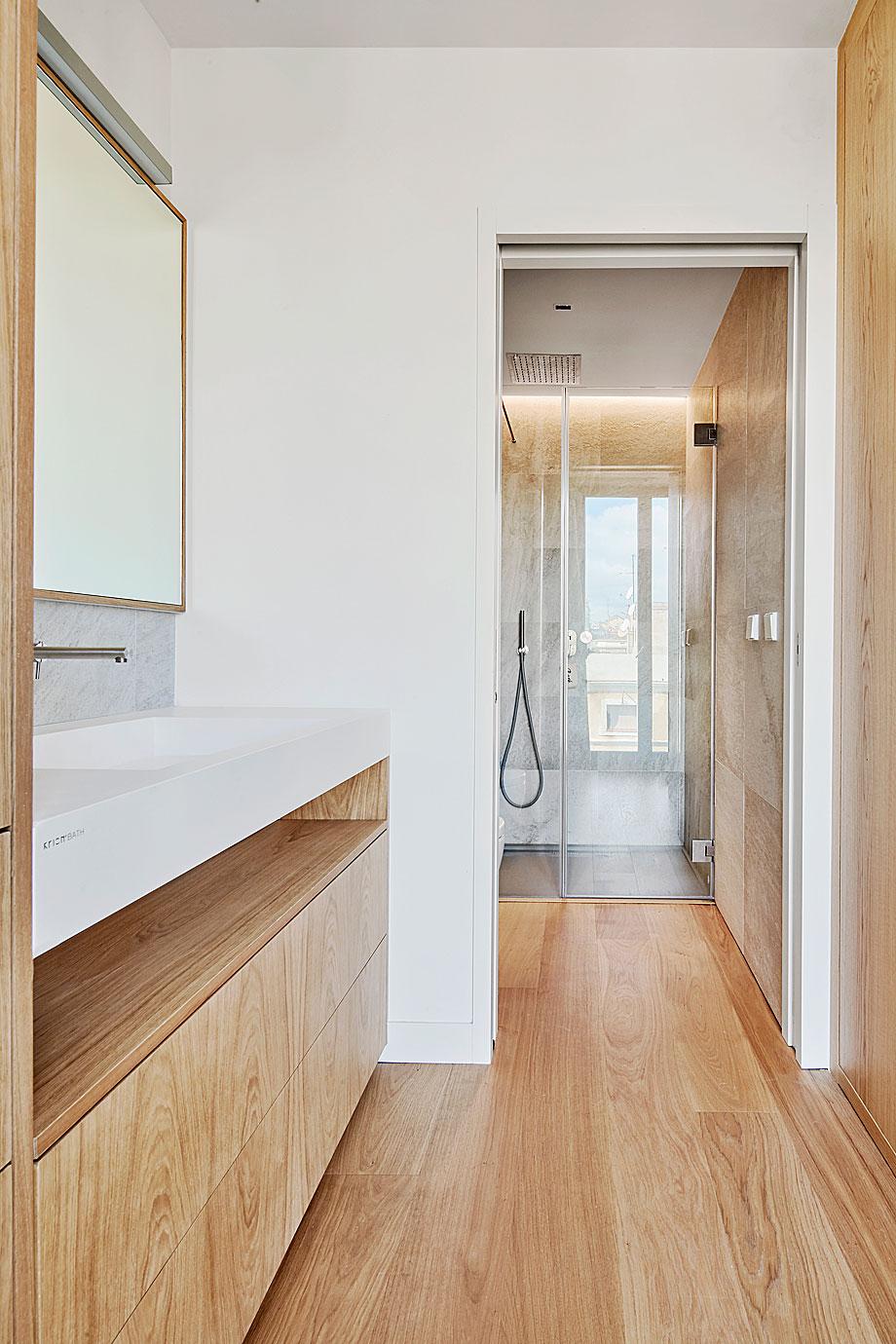 vivienda-enrique-granados-miba-architects-la-casa-por-el-tejado (12)