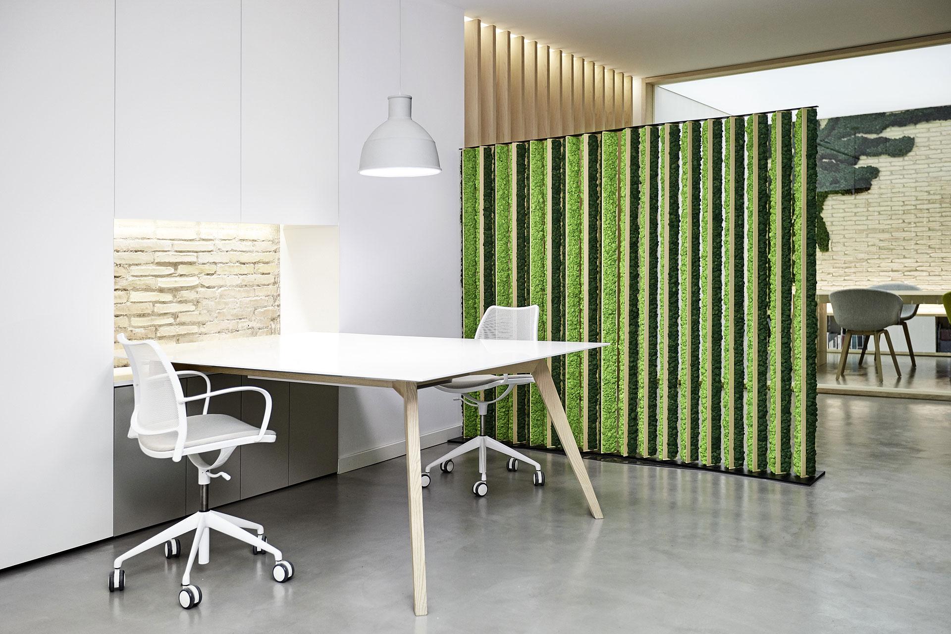 Separador de ambientes de madera y liquen de greenarea - Mamparas separadoras de ambientes ...