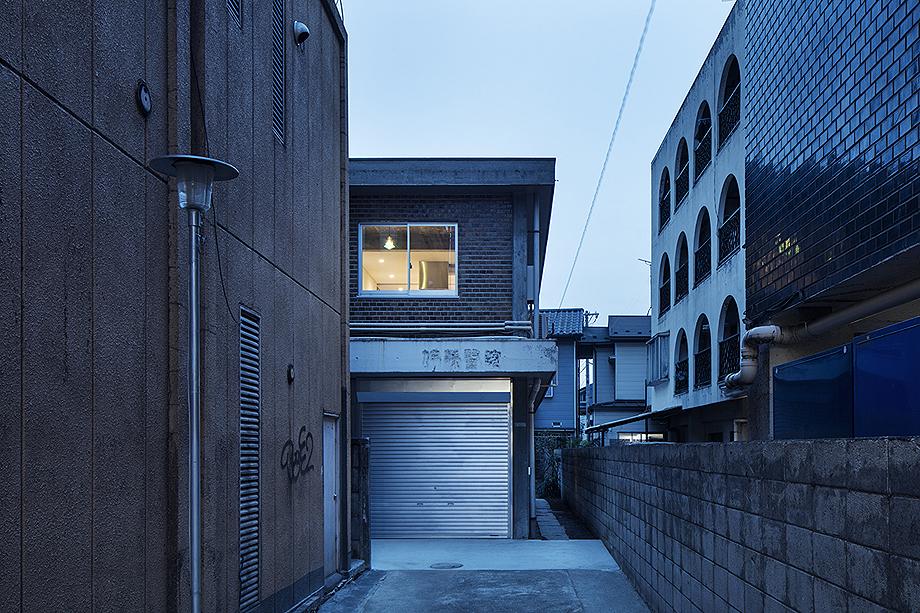 casa en sangenjaya de schemata architects (1)