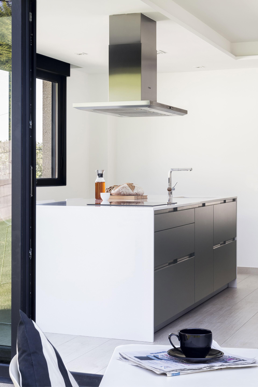 Una cocina abierta al jard n por santiago interiores for Cocinas santos 2017