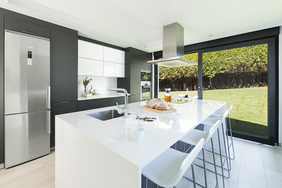 Una cocina abierta al jard n por santiago interiores for Cocinas abiertas al jardin