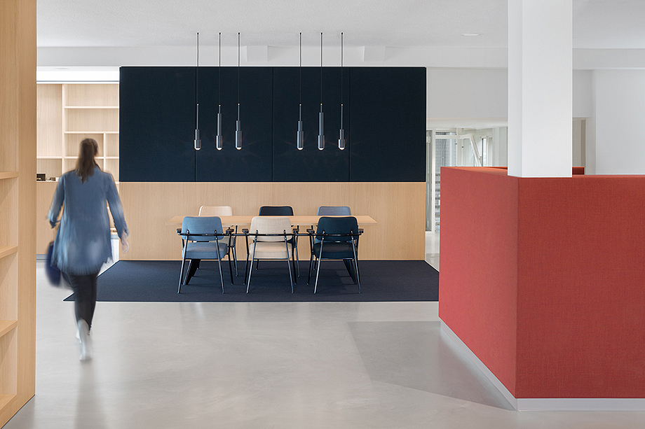 vestibulo, area de reunion y restaurante para BKR de i29 interior architects (1)