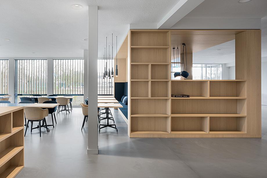 vestibulo, area de reunion y restaurante para BKR de i29 interior architects (10)
