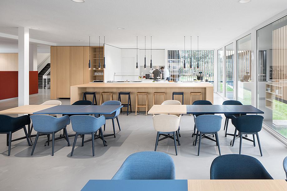 vestibulo, area de reunion y restaurante para BKR de i29 interior architects (11)