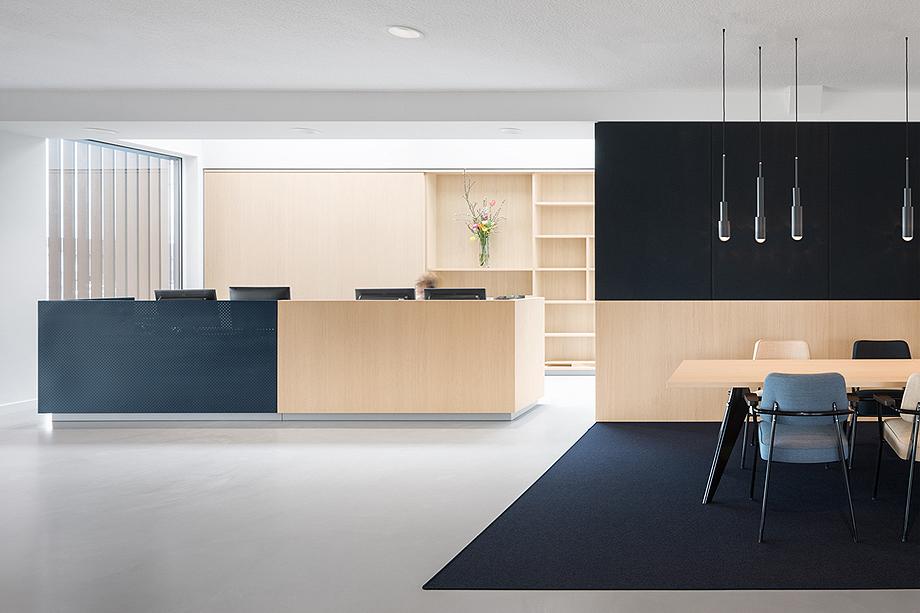 vestibulo, area de reunion y restaurante para BKR de i29 interior architects (2)