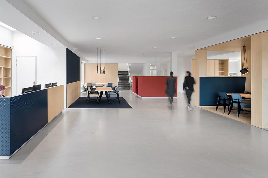 vestibulo, area de reunion y restaurante para BKR de i29 interior architects (3)