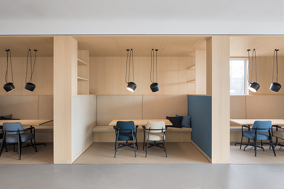 vestibulo, area de reunion y restaurante para BKR de i29 interior architects (4)