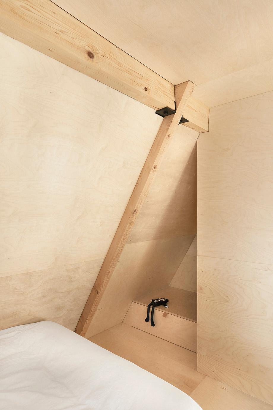 reforma de una casa en la montaña por jean verville (16)