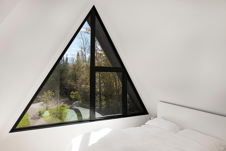 reforma de una casa en la montaña por jean verville (21)