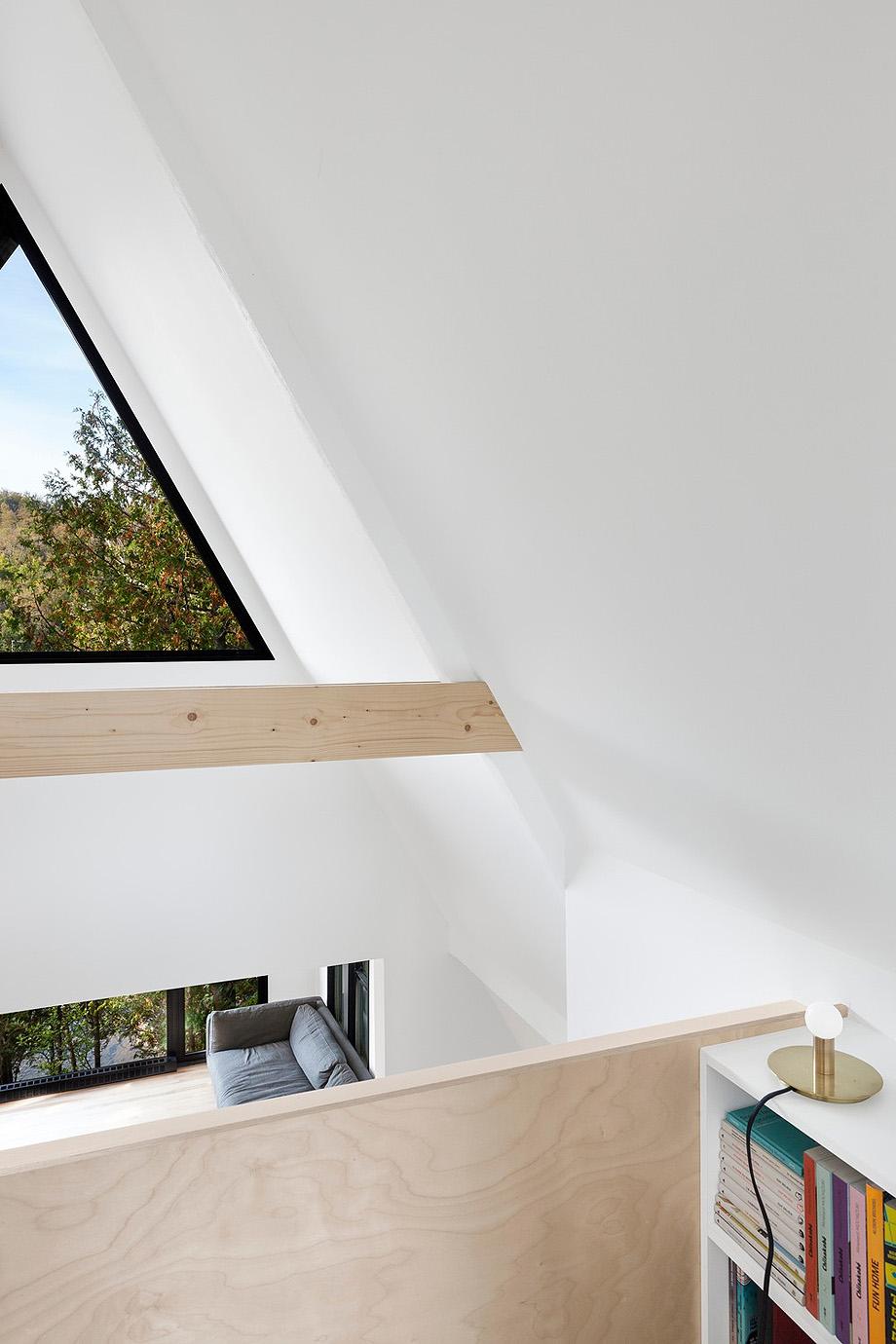 reforma de una casa en la montaña por jean verville (9)