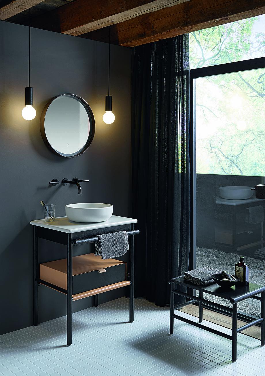 Kleines Bad mit puristischen Badmöbeln aus der Serie Mya von burgbad.