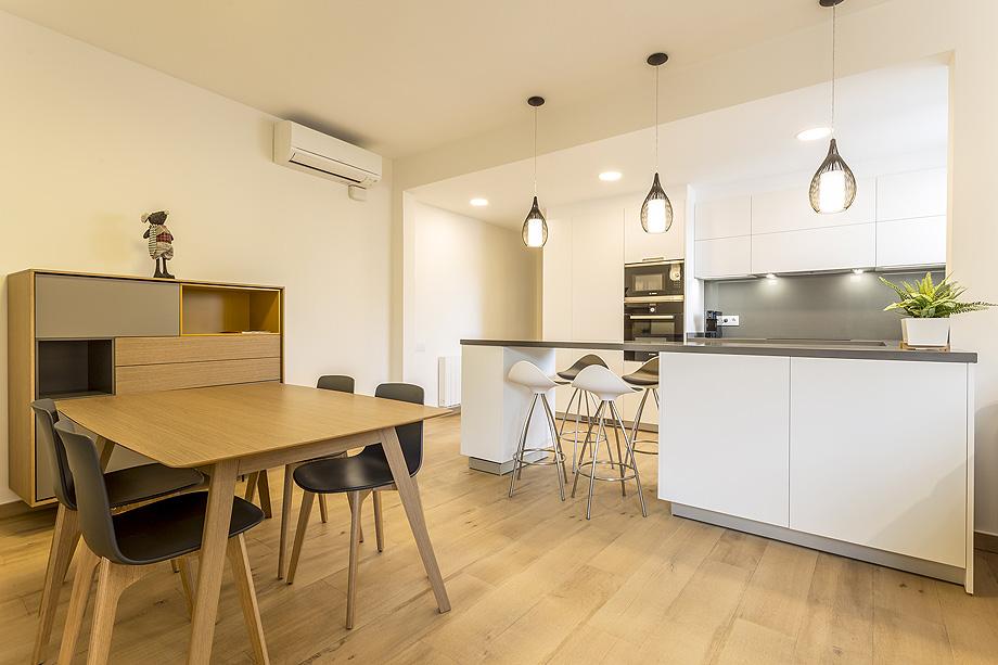 Cocina abierta al comedor por nivell estudi de cuines for Cocina de planta abierta sala de estar