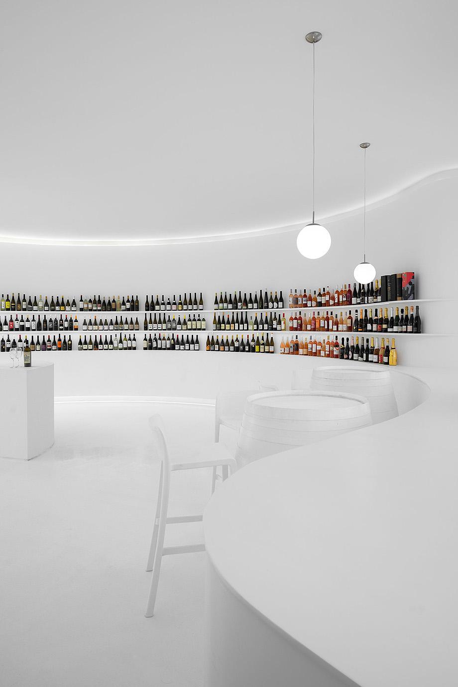 Portugal Vineyards a Loja de Vinhos online no Hipercentro da Areosa no Porto do atelier de arquitetura Porto Architects com fotografia de arquitetura Ivo Tavares Studio