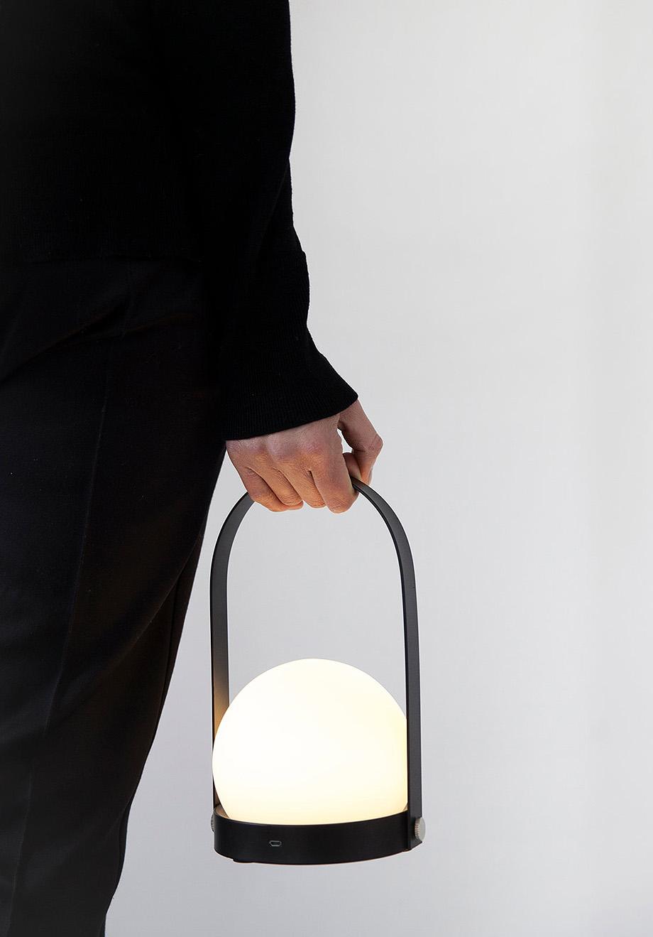 2. lampara led portatil carrie de norm architects para menu
