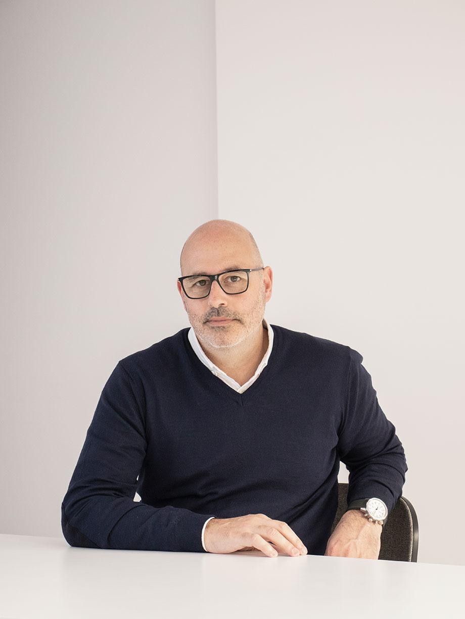 el diseñador e interiorista francesc rife - foto stefanos sideroglou