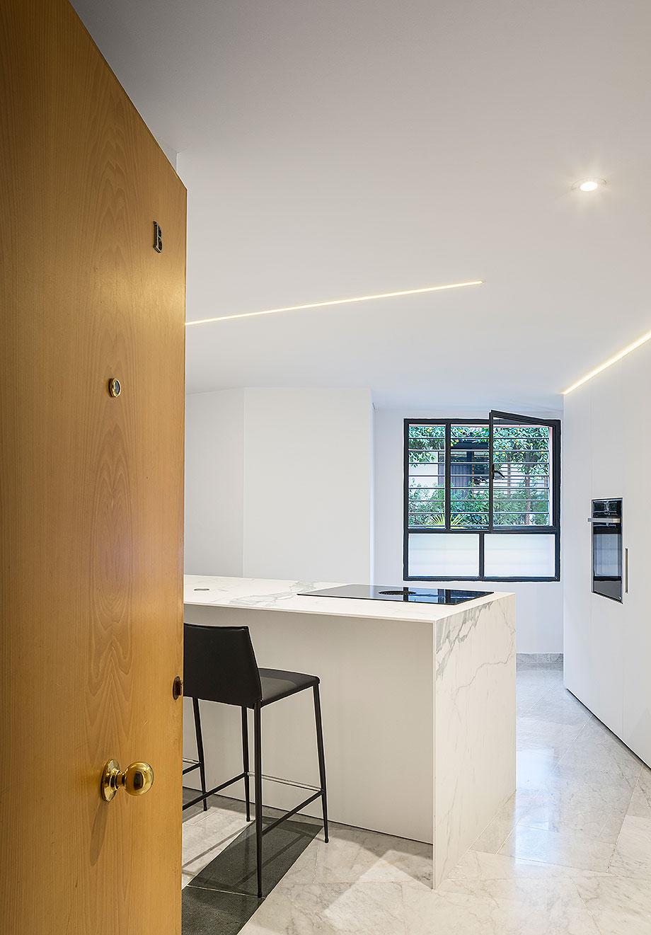 cocina blanca en sevilla de cocinel-la (1) - foto juanca lagares