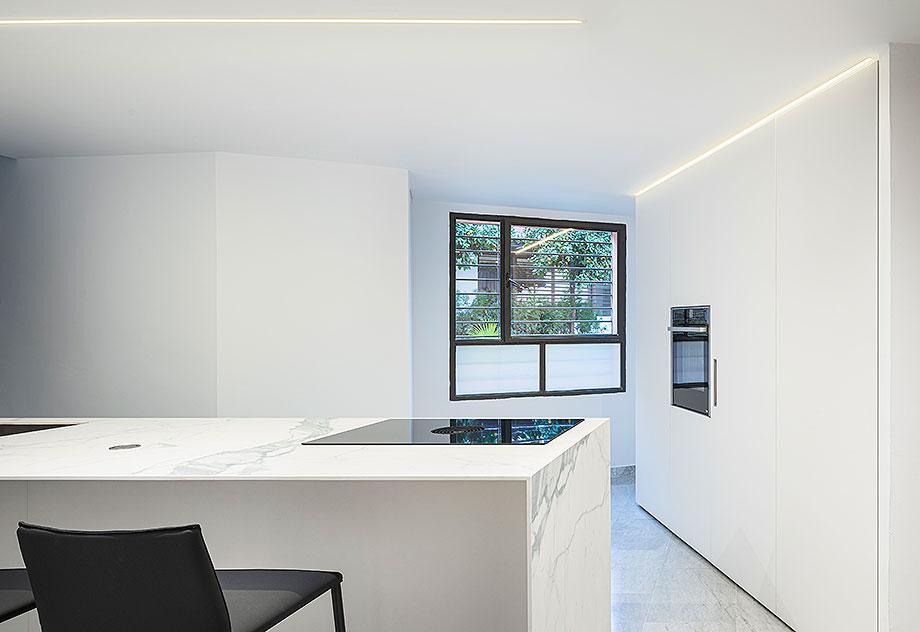 cocina blanca en sevilla de cocinel-la (2) - foto juanca lagares