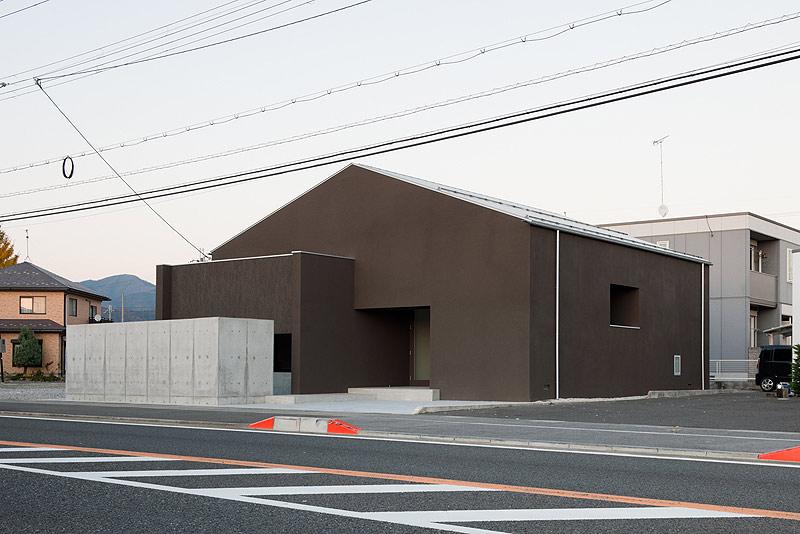 casa unifamiliar con tejado a dos aguas de form kouichi kimura (1) - foto takumi ota