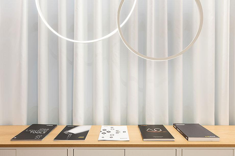 showroom difusiona lighting for architecture de marta alonso (4) - foto mario wurzburger