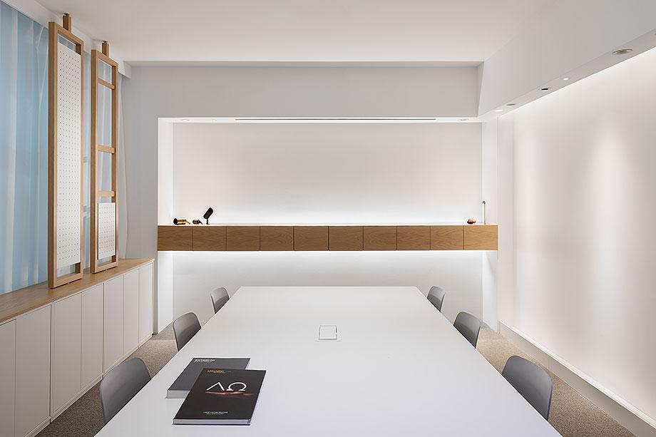 showroom difusiona lighting for architecture de marta alonso (6) - foto mario wurzburger