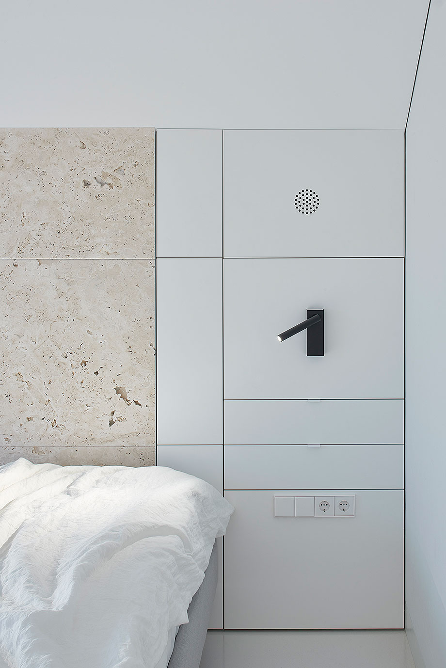apartamento con un muro de piedra revestido con travertino por 2xj architects (11) - foto darius petrulaitis