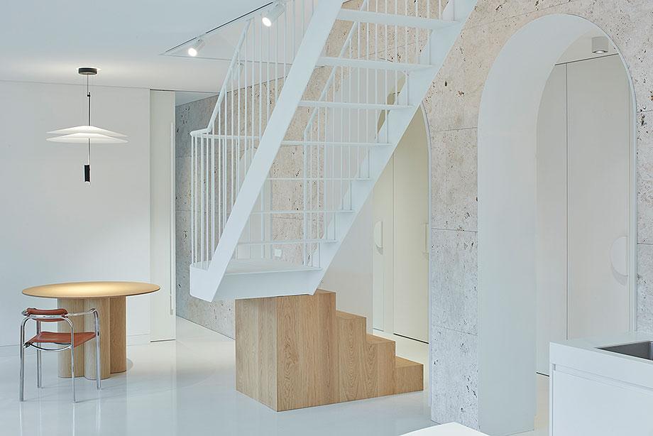 apartamento con un muro de piedra revestido con travertino por 2xj architects (2) - foto darius petrulaitis