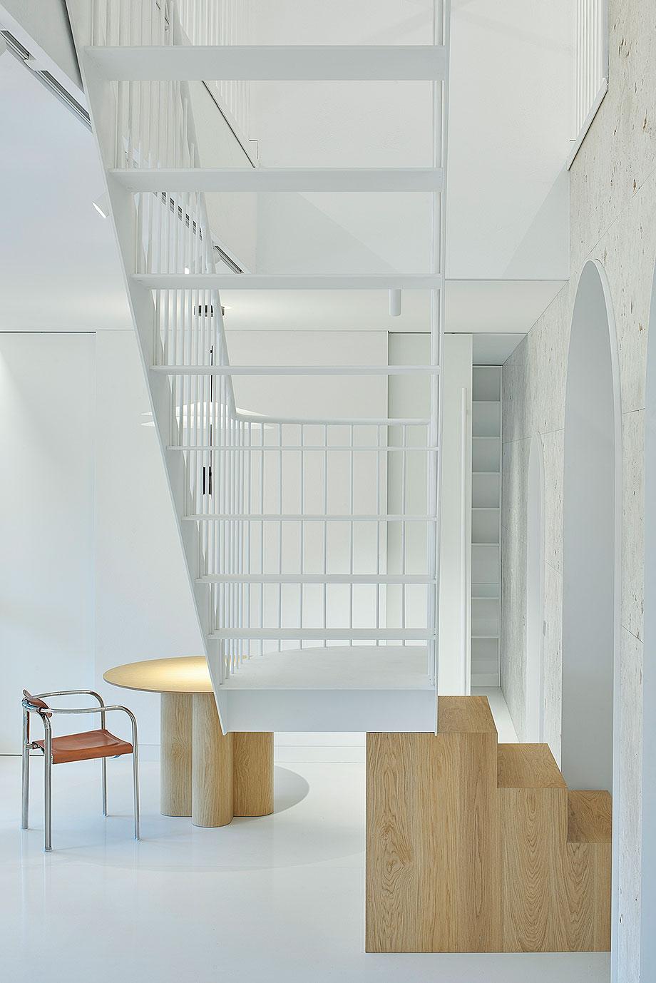 apartamento con un muro de piedra revestido con travertino por 2xj architects (4) - foto darius petrulaitis
