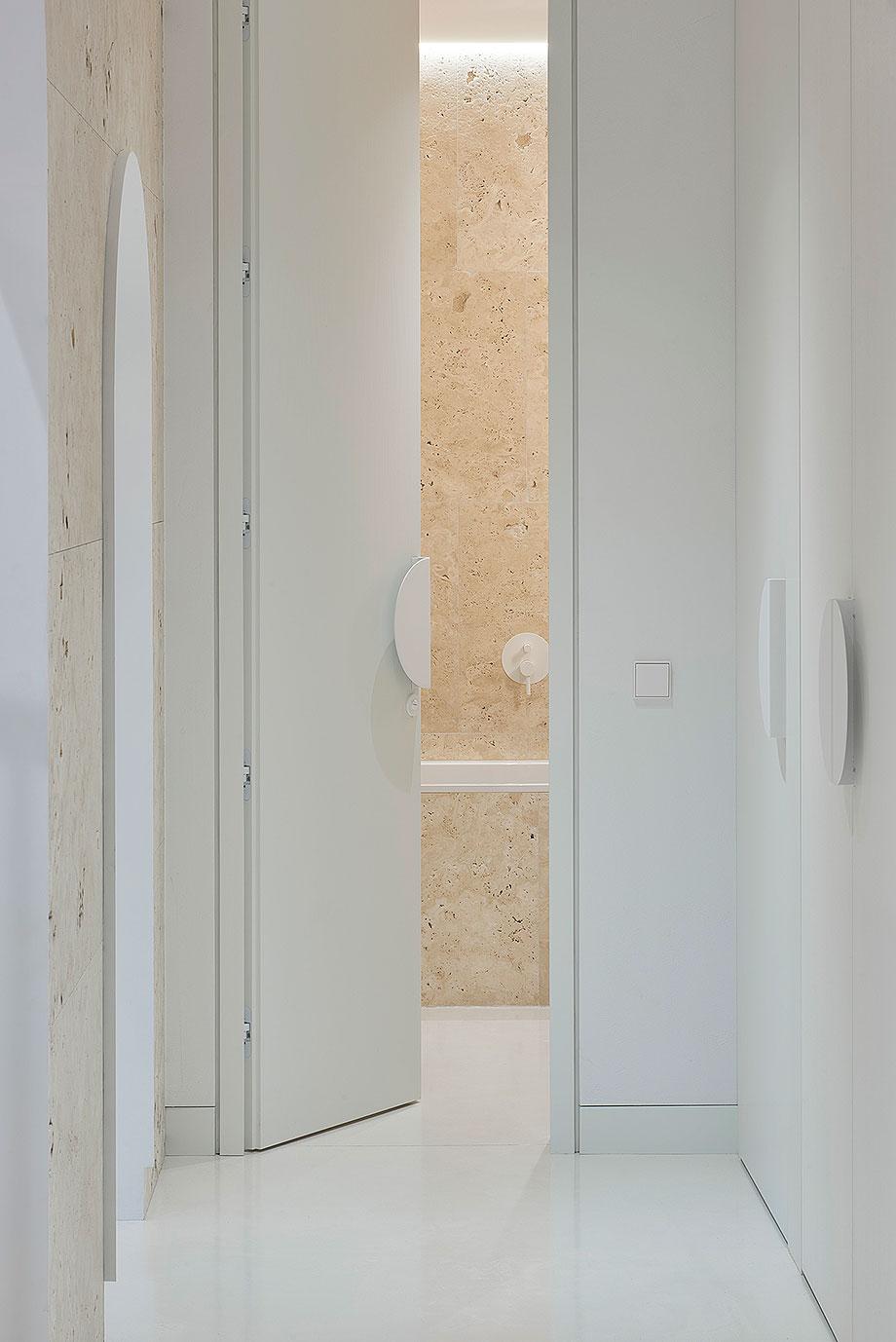 apartamento con un muro de piedra revestido con travertino por 2xj architects (5) - foto darius petrulaitis