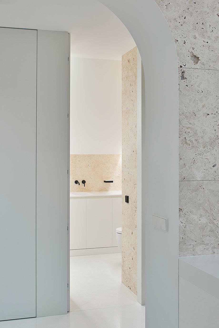 apartamento con un muro de piedra revestido con travertino por 2xj architects (7) - foto darius petrulaitis