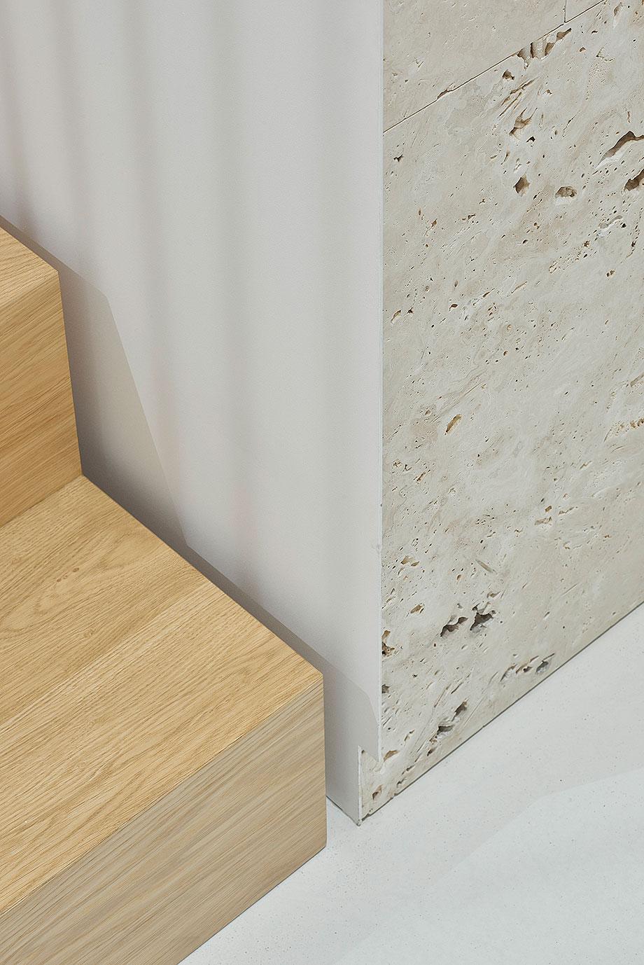 apartamento con un muro de piedra revestido con travertino por 2xj architects (8) - foto darius petrulaitis