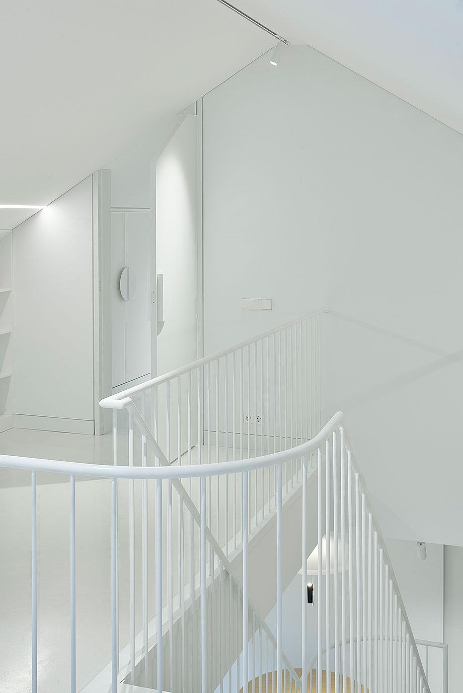 apartamento con un muro de piedra revestido con travertino por 2xj architects (9) - foto darius petrulaitis
